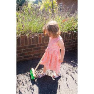 Bigjigs Toys Zahradní metlička s dlouhou násadou zelená