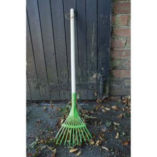 Bigjigs Toys Zahradní hrábě na listí zelené
